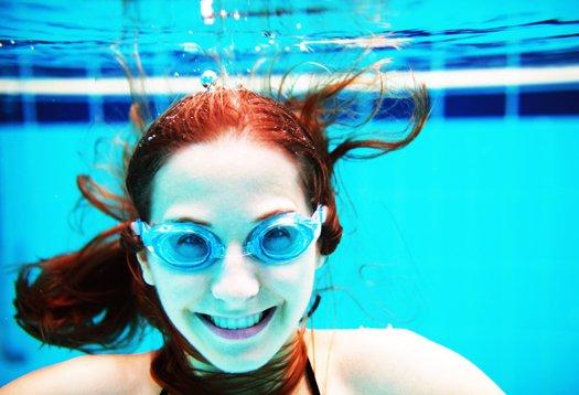 ilustrasi-wanita-di-air-kolam-renang.jpg